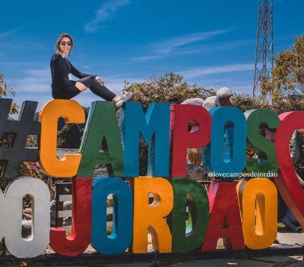Foto da Flávia na Placa de Campos do Jordão