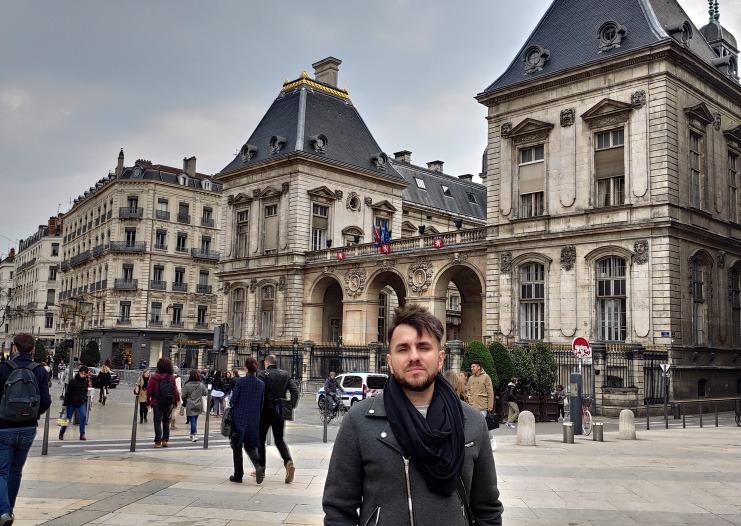 Charles em Lyon, na França.